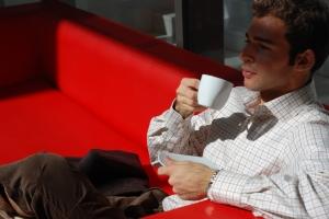 Koffiedrinken op de bank
